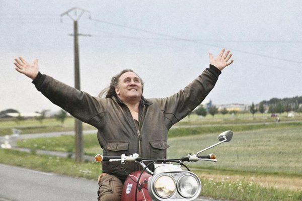 WEB 04 Mammuth (Gérard Depardieu) Geniesst Seinen Trip Auf Der Muench Mammut WEB